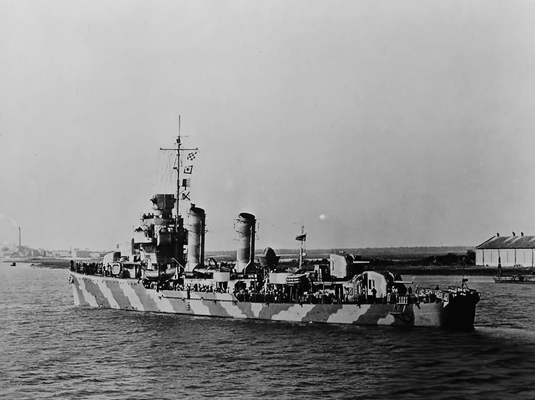 Destroyer USS Hobson DD-464 in camouflage