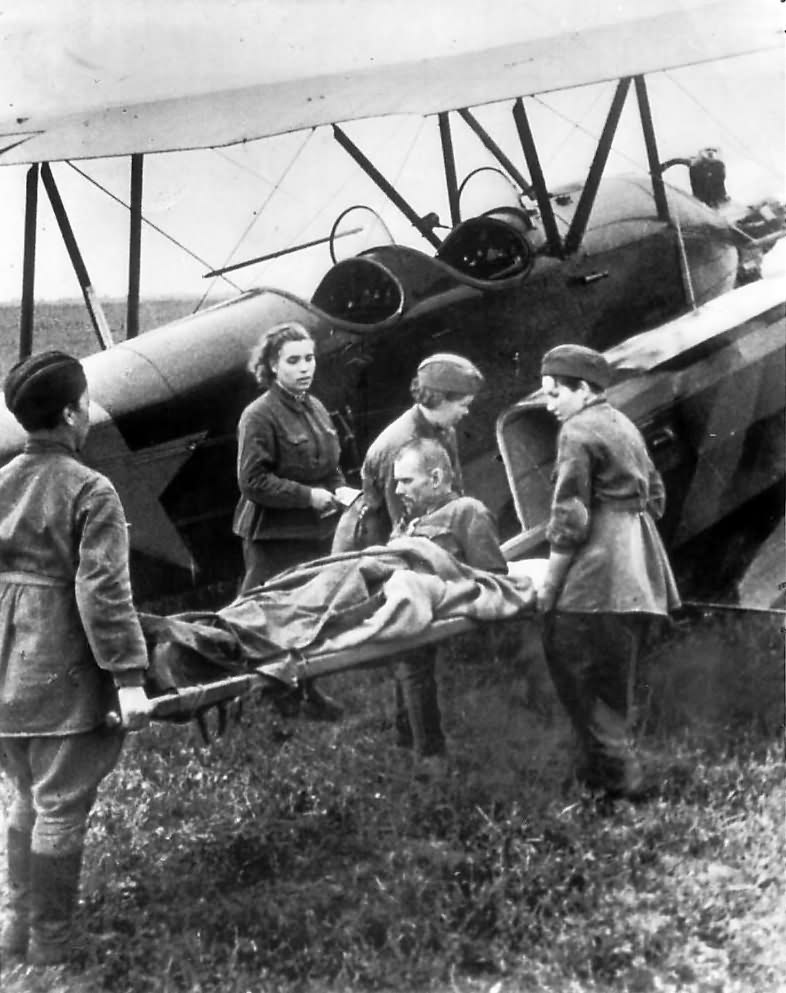 Wounded_Russian_soldier_being_loaded_ont