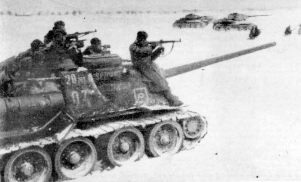 SU-100 and T-34-85 in action, winter