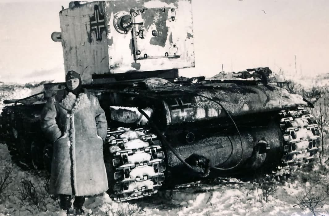 German KV-2 PzKpfw 754 (r) of unknown Wehrmacht unit – provisional winter camouflage, rear